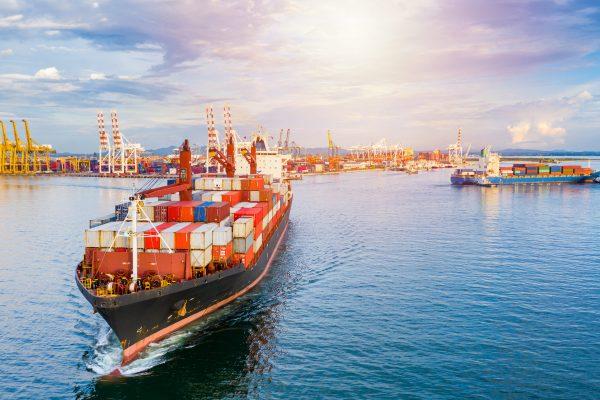 Barco llegando a puerto