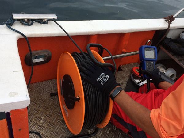 Toma de muestras de agua desde embarcación
