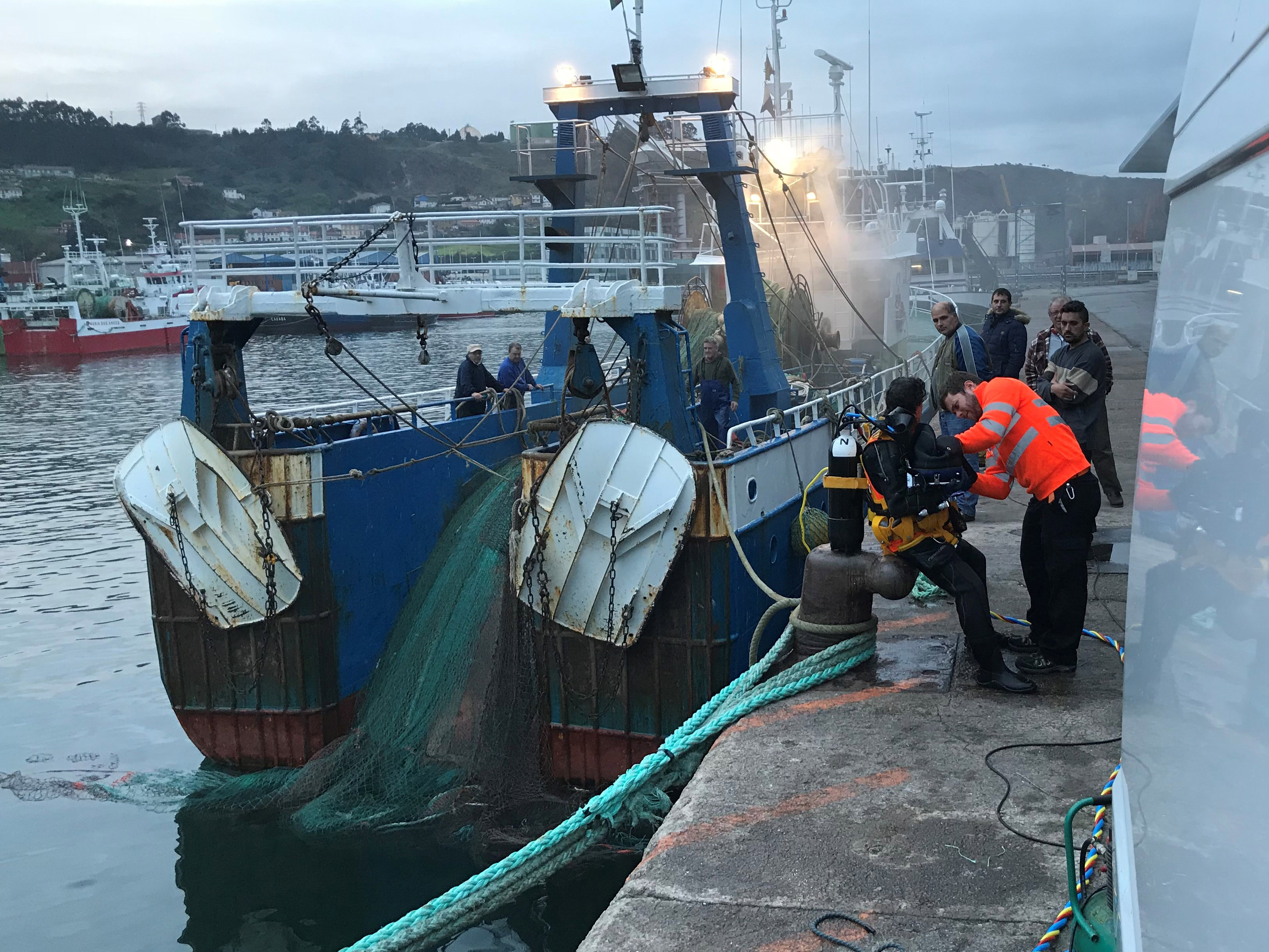 Removal of mooring ropes and nets entangled in trawler propellers
