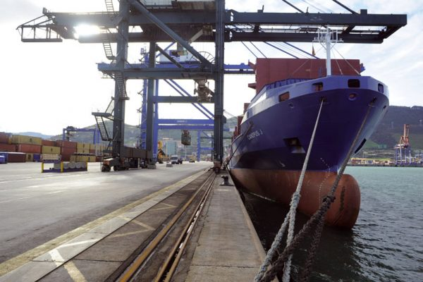 Barco atracado en el Puerto de Bilbao