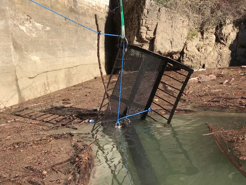 Recovery of trash racks in reservoirs