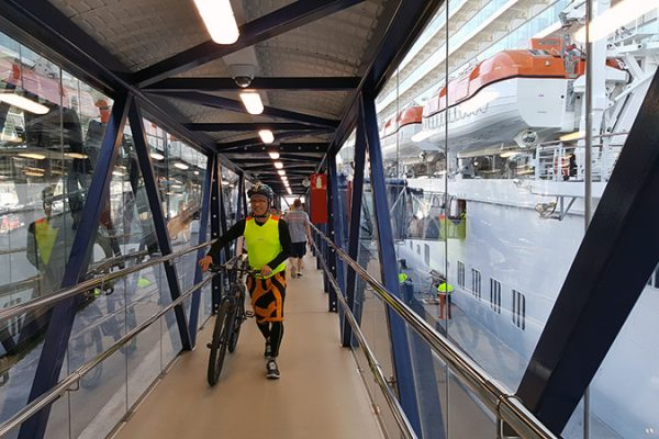 Passenger boarding bridge