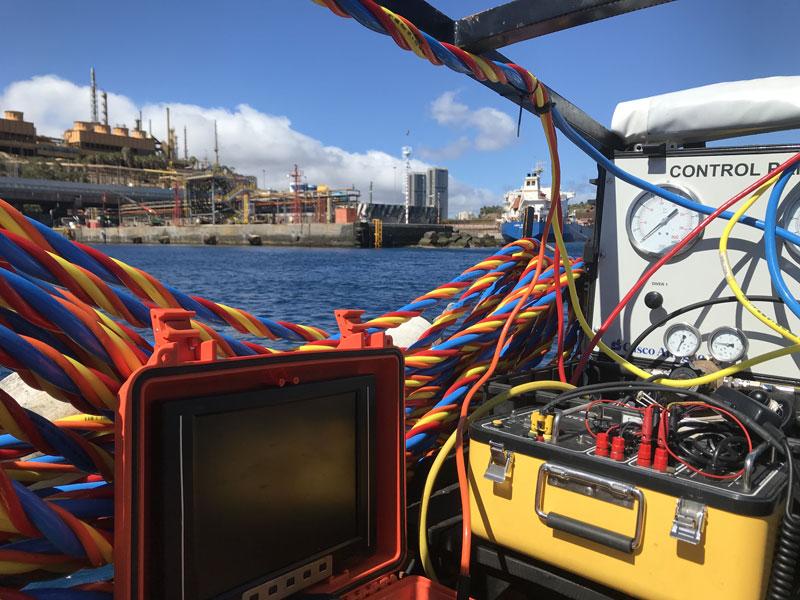 Trabajos submarinos para instalación de defensas en puerto