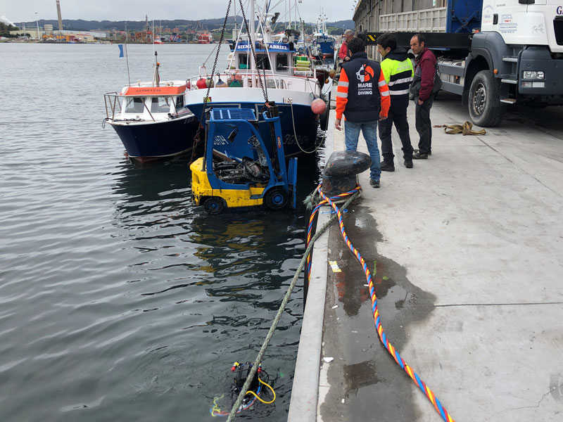 Recovery of forklift trucks from the bottom of the port