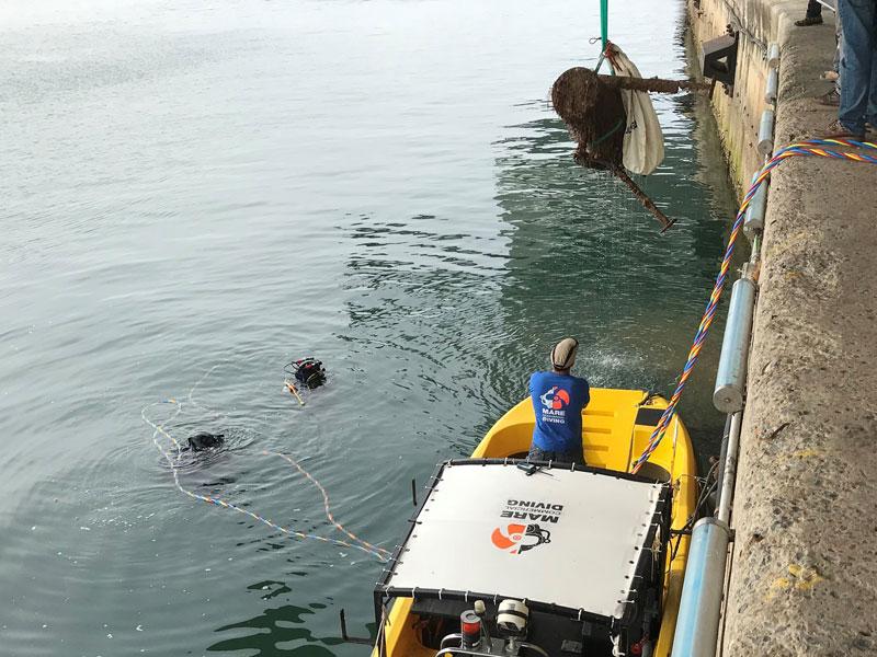 Reparación de filtro de bomba de captación de agua en puerto